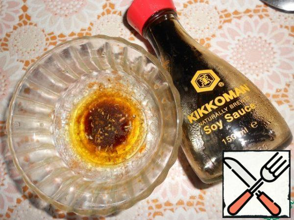 Prepare the dressing-combine olive oil, soy sauce Kikkoman, add a pinch of chili pepper and oregano. Whip.