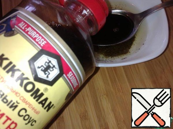 Prepare the salad dressing sauce. Mix the vegetable oil with soy sauce, sugar, ground pepper, and salt to taste.