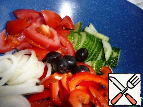 Cucumber, tomato, pepper cut into slices, onion rings. Add the whole olives.