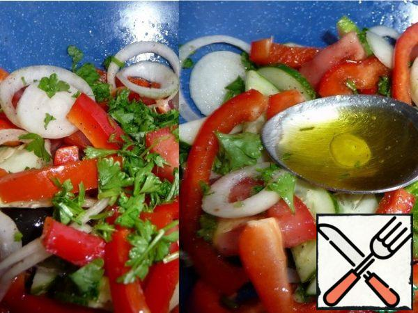 Mix the vegetables and season with olive oil.