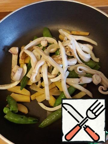 Meanwhile, boil the squid and cut them into strips , add to the vegetables in a pan, well warmed.