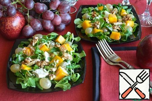 Put the corn salad on plates. Top with Turkey, mango, grapes and walnuts. Pour over the yogurt sauce and sprinkle with green onions.