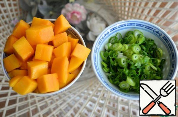 4. Cut the mango into cubes, and the green onion into thin rings.