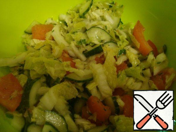 First, prepare the vegetable base. To do this, chop the Peking cabbage, cut the tomato and cucumber, add chopped herbs and 1 tbsp olive oil .