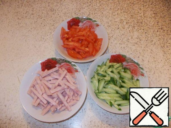 In separate containers, cut into strips-tomato, cucumber, ham. Grate the cheese (any cream) on a fine grater.