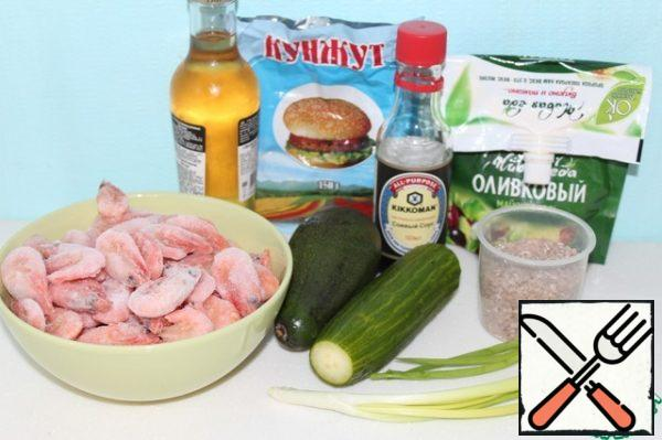 Prepare the ingredients. Boil the prawns, cool them , and slice them . Cut the cucumber into cubes. Cook the rice, add the rice vinegar, mix and cool. Finely chop the green onions.