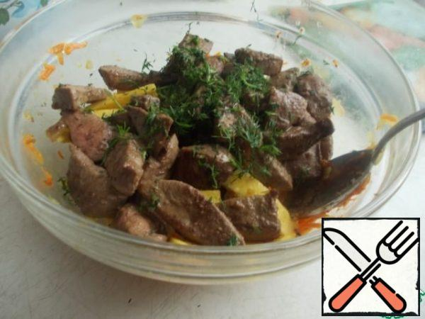 We also fry the liver in the remaining oil and mix everything in a bowl with parsley. You can add mayonnaise or sour cream. But I didn't need refueling, there is enough oil.