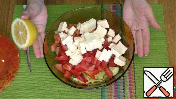 Season the salad with salt and pepper to taste, season with any sunflower oil , and add a little lemon juice if desired.