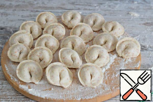 Put the dumplings on a Board, sprinkled with flour, and remove for an hour and a half in the freezer (or immediately cook)