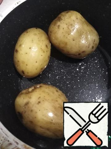 Boil the potatoes in their uniforms. I did not take a large potato, if you take a large one, then 2 pieces will be enough.