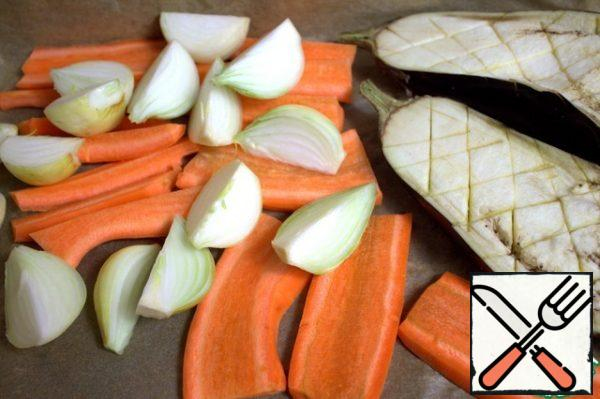 Cut the carrots lengthwise. Bulbs in half or in quarters. I have 4 small ones, we like onions, but half an onion is enough. Eggplant along and make a knife mesh.