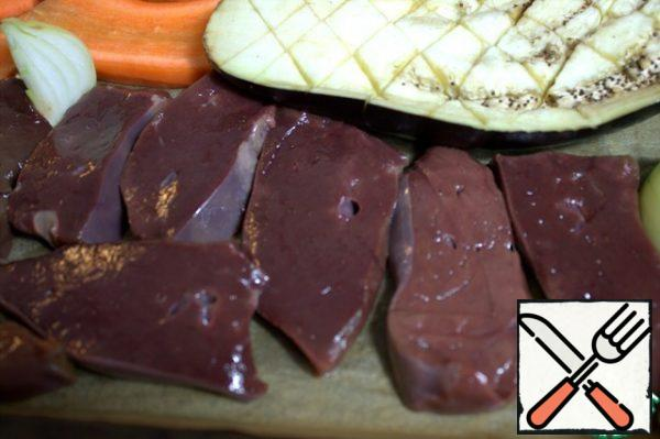 Cut the liver into slices. Transfer to parchment in a form with vegetables.