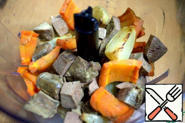 When the vegetables are soft and the liver is ready, remove and chop coarsely.
