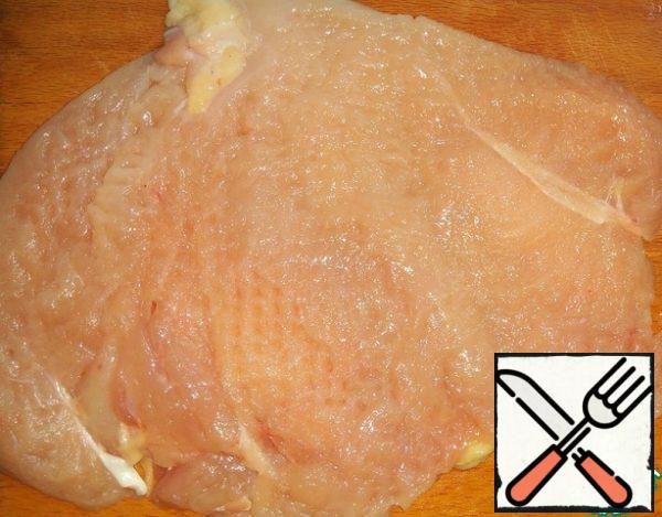 Large chicken fillet cut lengthwise, not cutting to the end. Disclose as a book and beat slightly, so that the fillets had a thickness of 1 cm and season with Salt and pepper, RUB with spices.