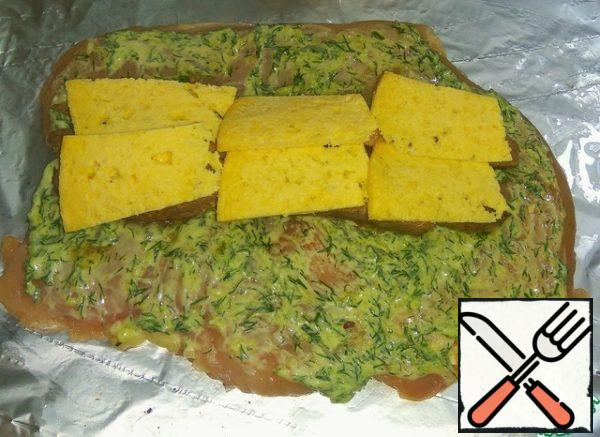 Put the cheese on the beef, cut into plates or grated on a large grater.