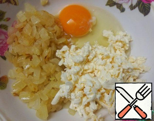 Finely chop the onion and fry in vegetable oil until transparent. Grate the processed cheese on a large grater. Mix the onion, cheese, egg and a pinch of salt. You can pepper to taste.