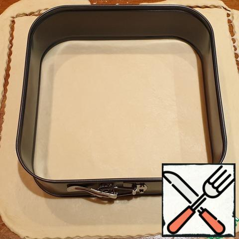 Divide the dough into 2 parts, about 1/3 and 2/3. Most of the roll out the size of Your form plus the side. I have a square split shape of 24×24cm. This cake can be baked in a round or rectangular shape of a larger diameter, it just turns out a little lower.