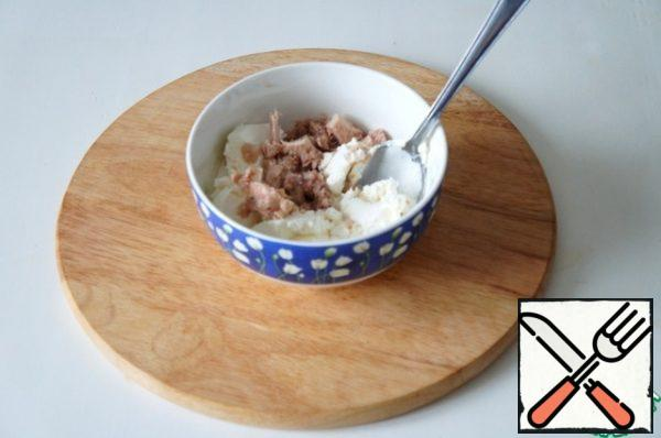 Mix the tuna slices and cottage cheese.