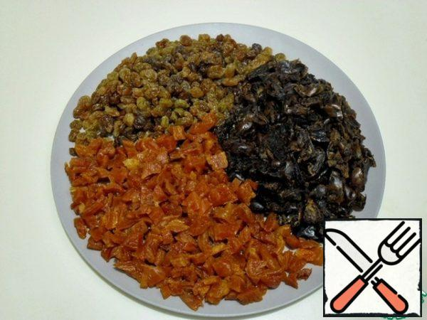 Wash and dry dried fruits. Free the dates from the seeds, cut into medium pieces , also cut the dried apricots, leaving a few slices intact for the top. All products must be at room temperature. Add the tangerine zest to the dried fruit mixture. Turn the oven on to heat up to t 170 degrees.