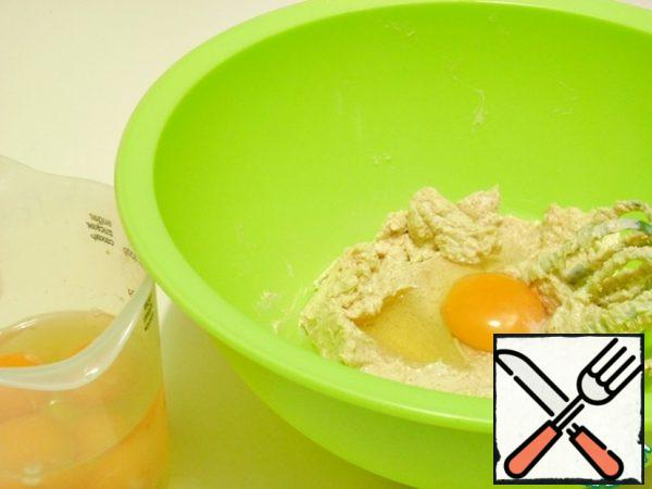 In the oil-sugar mixture, pour one egg at a time, beating at a low speed of the mixer.