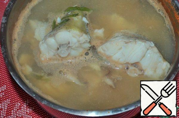 Pre- cook the prawns , then fish in this broth, with salt and herbs. Completely cool in the broth , so the fish will be juicier.