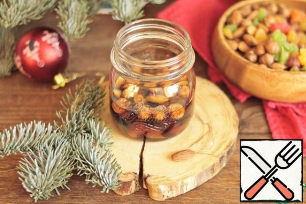 A day before cooking, soak candied fruits and nuts in rum. To do this, wash them and dry them , crush them , not finely (I did not do this, because I love whole nuts). Fill with rum , mix, cover with a lid and put in the refrigerator for a day.