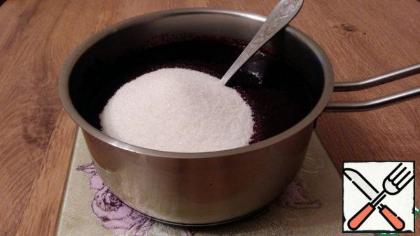 Mix the currants with the sugar and put on the fire, heat until the sugar dissolves, do not bring to a boil.