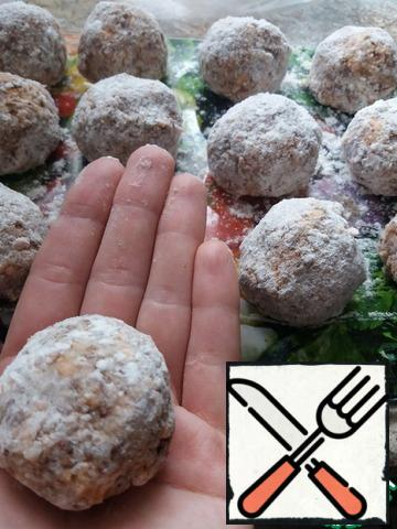Put a pan with 2.5 liters of water on a high heat. In a frying pan, heat the vegetable oil. Form balls, roll each of them in flour.