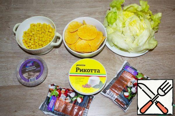 """Our appetizer has a pronounced """" sea """" taste, so you need to buy only high- quality and selected seafood. I choose from a trusted manufacturer """"Lunskoe more"""" because I trust their quality and taste. The salad should be chosen without darkened leaves. Chips should be chosen dense in the form of """"boats"""", perfect """"Pringles""""."""
