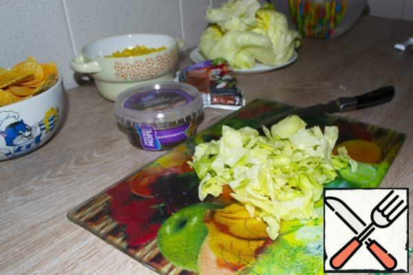 Then cut the lettuce leaves , also in medium slices, and add to the crab sticks.
