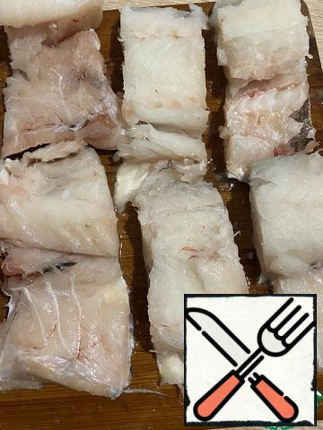 Sprinkle the fish with lemon juice , salt and pepper and leave to marinate for about 10 minutes.