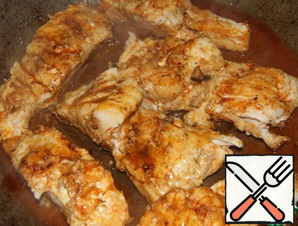 Put the fish in the pan on the skin ( do not turn it over!) and fry for 5-7 minutes , constantly pouring oil with spices.