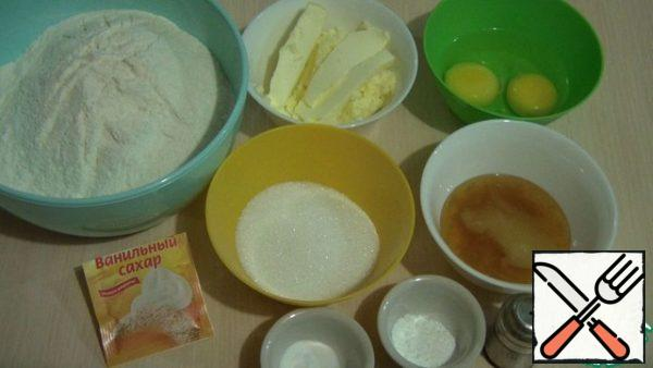 Prepare the ingredients for the test. We will sift the flour in advance, so it will be saturated with oxygen, which will make the baking more lush. We'll get butter, eggs, and honey. You will also need regular and vanilla sugar.