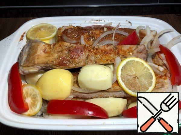 The fried ribs are spread in a heat-resistant form on the bottom of the form, spread half of the pickled onion and sprinkle with rosemary. Then sprinkle each rib with salt, pepper, paprika and coriander, between the ribs spread the potato slices, sliced bell peppers, pickled onions and mushrooms. Salt to taste and pour lemon juice and vegetable oil. On top lay slices of lemon. The form is covered with a lid or foil. Put in a preheated oven to 180 gr. for 60 minutes.