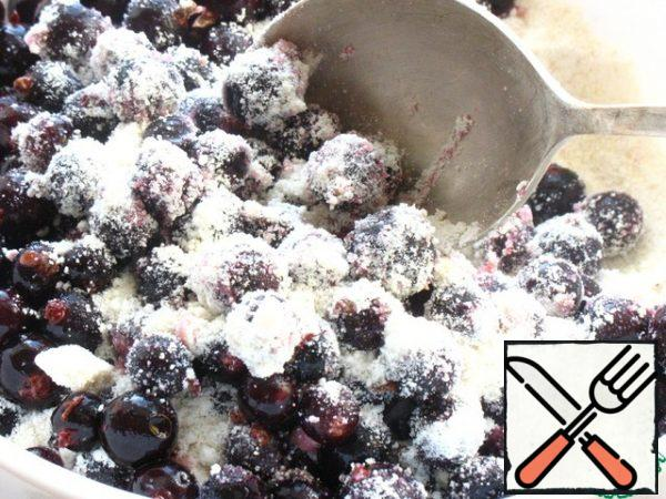 Mix the currants with the powder, nuts and semolina.
