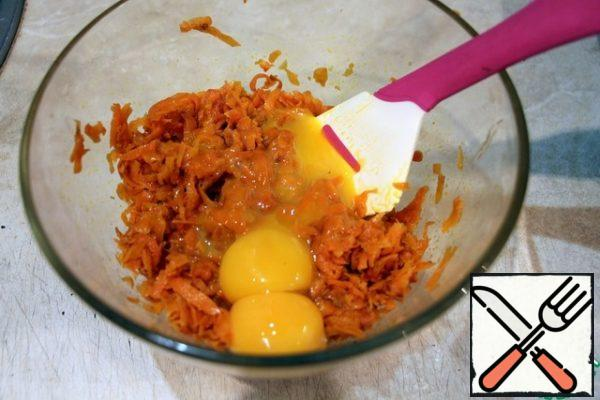 Carrots fry in vegetable oil under the lid until soft. Cool the carrots. Divide the eggs into whites and yolks. Mix the yolks with the carrots.
