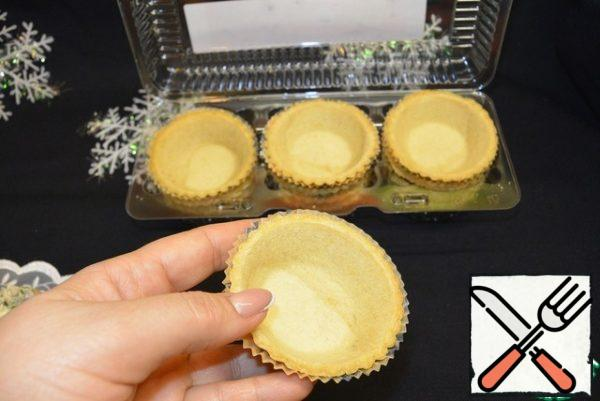 To prepare the tartlets. It is better to start before serving, so that the dough does not soften.