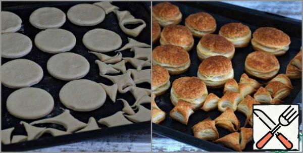 It is better to do this immediately on parchment, silicone Mat or Teflon sheet, and then immediately transfer all the preparations to the baking sheet along with the sheet. Spread out the dough circles at a small distance from each other. Trim the dough, too, spread out on a baking sheet. Bake in a preheated 200°C oven for 10-13 minutes . To the point of ruddiness. Always consider the specifics of your technique! Baked blanks for cakes to cool.