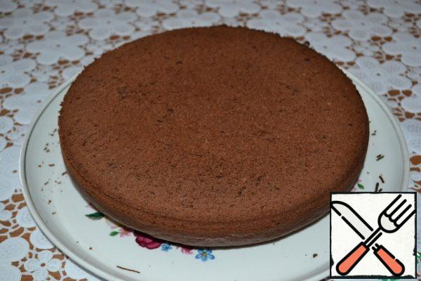 Turn the cooled sponge cake on a dish, remove the baking paper.