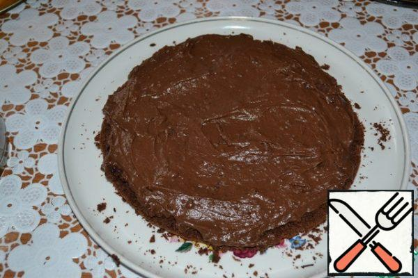 Divide the cooled chocolate cream into two parts. Miss the bottom cake crust.
