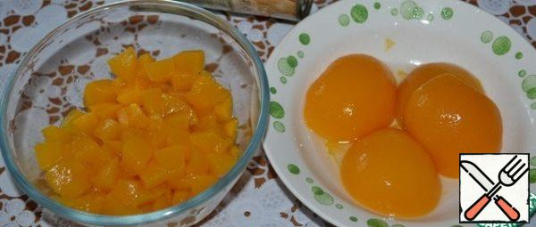 I took peaches in syrup in halves. Very juicy and delicious. In total, there are 10 halves in the Bank, of which we need to cut 6 pieces into cubes. If you consider peaches whole, then they should be 3 pieces, and halves, respectively-6.