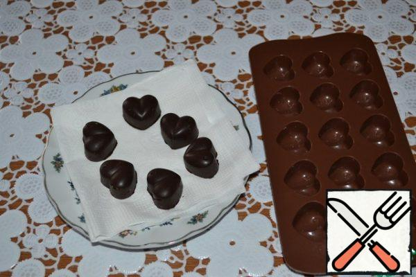 You can decorate to your taste, although it is not necessary, the cake looks rich, chocolate and very rich! Well, I decorated it with chocolate hearts , which I made from the remaining chocolate. Since we needed 140 g of chocolate in the recipe , and 200 g in 2 tiles , I melted the remaining 60 g and a spoonful of butter and poured it into the molds. I cooled it down and I got these hearts.