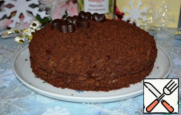 Yes, I completely forgot- put the finished cake in the refrigerator for 2-3 hours for complete impregnation, shrinkage and setting of the cream and sponge cake. Well, if you are in no hurry, you can leave it for the night. Of course, I did not manage to soak longer - mine required an urgent tasting! The Velvet truffle cake is ready for dessert tea!