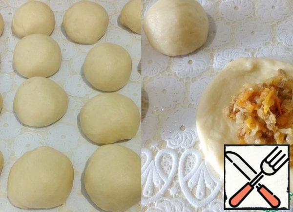 Divide the dough into pieces of 55-60 g, round it and let it lie under a napkin for ten minutes . Then begin to form the patties. Each ball is kneaded with oiled hands, into a flatbread. Put the filling and pinch, rounding the pie.