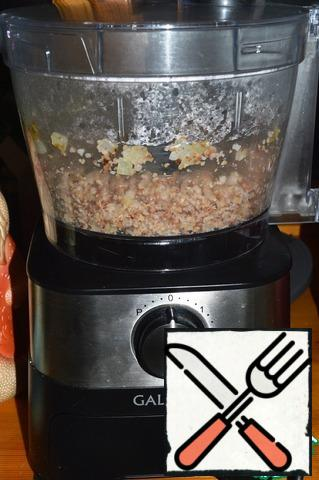 Buckwheat and onion are transferred to the bowl of the combine, having previously installed the attachment for grinding. Slightly punch at 1 speed.