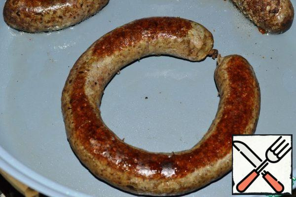 Remove the sausage, dry it and fry it in a frying pan until it forms a brown crust.