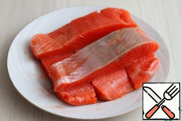 Cut the salmon into fillets without skin and bones.