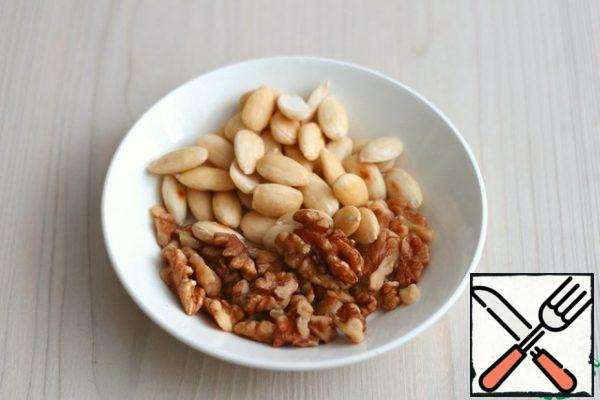 Pour boiling water over the almonds, then peel them. Rinse the walnuts with cold water and dry them with a paper towel.
