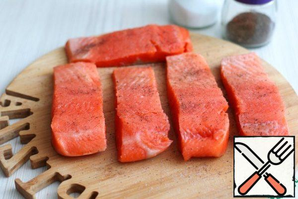 Sprinkle the salmon fillet with salt and ground black pepper to taste.