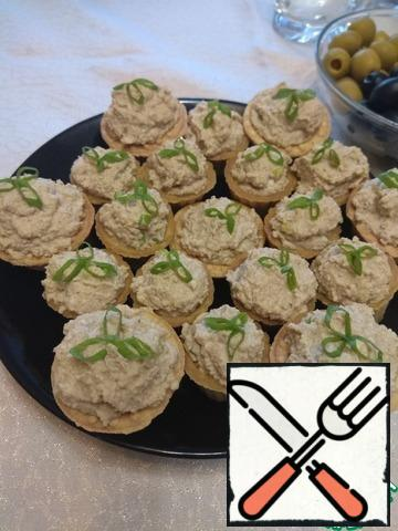 Spread the resulting pate on small tartlets and garnish with green onions.